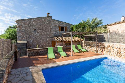 Bienvenido a esta bonita casa rural situada en las afueras de Campos. Tiene capacidad para 8 personas. Los exteriores son muy bonitos, dispone de 1 piscina de cloro de 6 x 4 m con una profundidad que va de 1 a 1.6 m, 4 tumbonas, 1 terraza en la entra...