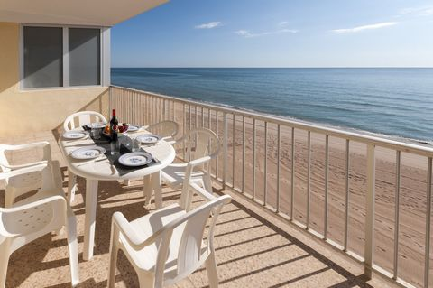 Get the feeling of floating on the ocean in this fantastic apartment for 5 people in Playa de Tavernes. This a family building located directly by the sand. The beach is only a few steps away. The terrace seems a strong vessel amid the water, the per...