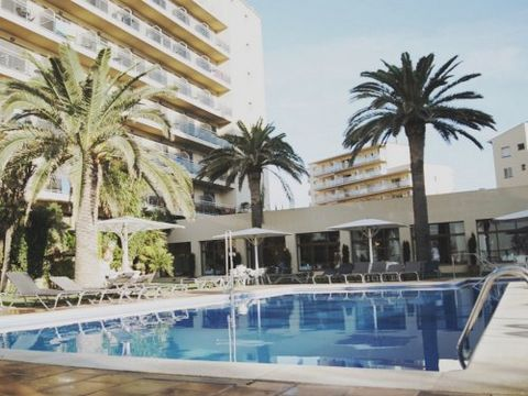 Monterrey Roses hotel is located 3.5 km from the centre of Roses, a family-friendly resort on the Costa Brava. The hotel comprises 135 entirely renovated bedrooms over 6 floors, ranging from individual bedrooms to family bedrooms, some with a sea vie...