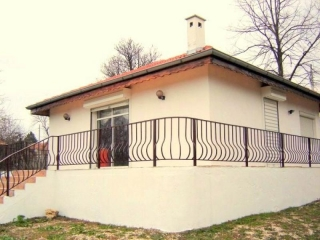 This is a 2-bedroom single-storey house located in a village near Varna and Dobrich. The house benefits from a south exposure and reveals nice views to the garden. It consists of a spacious and sunny living room with French windows, 2 bedrooms and 2 ...