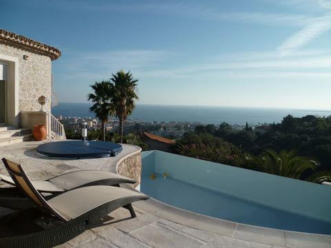 Golfe Juan, à 5 min de la mer, dans un domaine privé et fermé, magnifique villa 6 chambres entièrement rénovée. Rez-de-chaussée (niveau 0- piscine) : - Salon avec bureau et ordinateur connecté à l'internet - Cuisine entièrement équipée avec une véran...