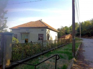 The property consists of a 2-storey house having about 130 sq.m. of living area, farm buildings and a huge plot of land spreading over 2000 sq.m. It is located uphill and reveals lovely views over Danube River. The garden is leveled and planted with ...