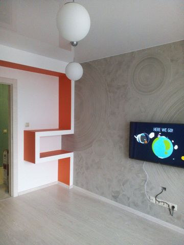 Rent an apartment in Samara, an elite, quiet area, a new building, 10 minutes walk to the stadium. Convenient traffic intersection to any part of the city. 15m walk to the private beach of the river Volga. The apartment has all the amenities, residen...