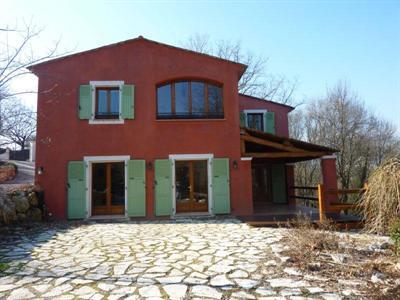 Superbe villa neuve de 5 pièces sur 6000 m² de terrain (au bord de la Brague, les 2/3 en site classé forestier) au calme absolu et au coeur de la verdure. La villa d'une superficie de 220 m² + 40 m² de mezzanine est composée d'un vaste séjour avec ch...
