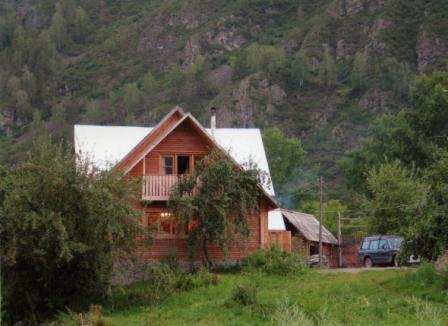 Cosy wooden cottage on the shores of the Katun River in a very picturesque place with a large plot of land 37 acres, bath, lodge, outbuildings, cellar, garden, telephone in the house. House and land ownership ofomleny.