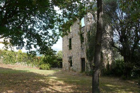 Dans un secteur résidentiel, beau terrain de 2 600 m², S.H.O.N 260 m², en partie en restanques et boisé, avec une ruine. Libre constructeur.