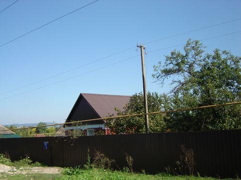 Вид на кавказский хребет. За садом в 100 м.- лес. Экологически чистый район без каких-либо производств в округе. Лето почти круглый год. Недалеко чистая горная река тихое, спокойное место.1 этажный, 3 комнаты+кухня разделенная от столовой барной стой...