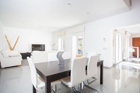 This modern house is located in Lloret de Vistalegre and it welcomes 5 guests. At the back terrace you can prepare delicious lunches and dinners in the barbecue, while enjoying the company of your loved ones.When you enter the house, a luminous livin...
