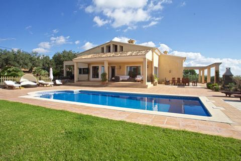 Beautiful villa with panoramic with views of the Bay of Palma in Puntiró . The house was built in 2007 and is in pefect state, it has a large plot that offers exceptional privacy, a large garden with pool. Large villa recently built (year 2007), loca...