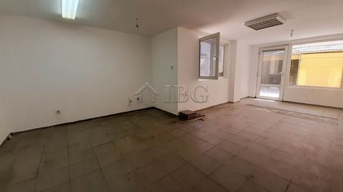 Ruse. TOP OFFER! Large premise for rent in the TOP center in Ruse IBG Real Estates is pleased to offer for rent this spacious premise located only 50 meters from the main street in the center of Ruse. The premise is on the ground floor, with an area ...