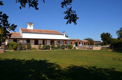Located in Santo Estêvão. Santo Estevão is a true haven of peace for this magnificent property, surrounded by carob trees, olive trees, citrus fruit orchard.... for nature lovers in a quiet area close to the beautiful centre of Tavira. The house has ...