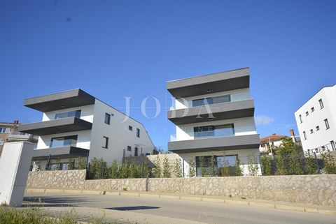 Location: Primorsko-goranska županija, Krk, Krk. On a great location in the town of Krk only 600 m from the sea for sale is a three bedroom apartment on the high ground floor. Apartment of 109.30 sqm consists of a hallway, spacious living room, kitch...