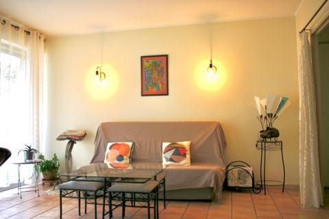 Carcassonne centre, au rez de chaussée d'une très belle résidence, en retrait de la rue, cet appartement de 72 m2 (Carrez), lumineux et en excellent état, vous propose une cuisine, aménagée et équipée, ouverte sur le séjour, deux chambres avec placar...