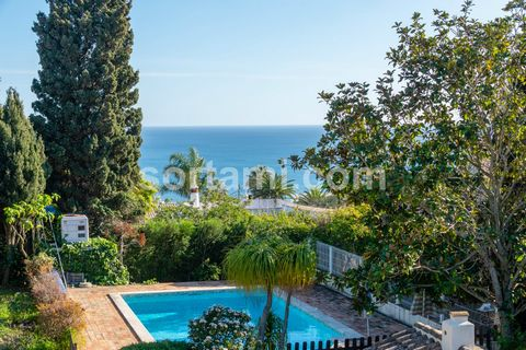 Fantastic property with stunning sea view within walking distance of the beach a short distance from Lagos. This single storey house is situated in the ideal place for you to enjoy peace, sun and the sea. The living area, with wooden floors and a fir...