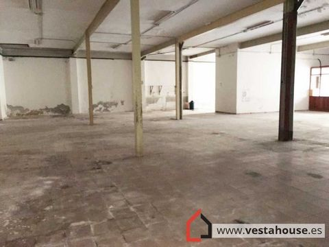 Great open place in the center of San Vicente, with toilet. It has 4 windows to the street, and excellent location at street level. At 340 meters, there are many business opportunities. In residential and commercial area, with public transport very ...