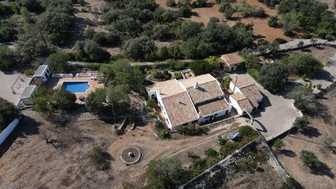 Located in São Brás de Alportel. Authentic algarvian style This farmhouse is amazing.....Originally built in 1907 and entirely and tastfully restored to a high standard. Lots of original feathers has been kept which make this property exceptional. 41...