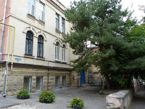 Сдам посуточно 1-ком. квартиру с евроремонтом и индивидуальным отоплением у парка. Расположена в старинном особняке с потолками 3,5 м. Развитая инфраструктура. В 3 минутах ходьбы находятся санатории