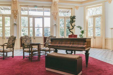 Située en plein coeur de Allevard les Bains et à 300 m des commerces, la résidence Appart'Hôtel Le Splendid propose des appartements spacieux allant du studio 2 personnes au 3 pièces 6 personnes. La résidence, avec ascenseur, se situe à côté des ther...