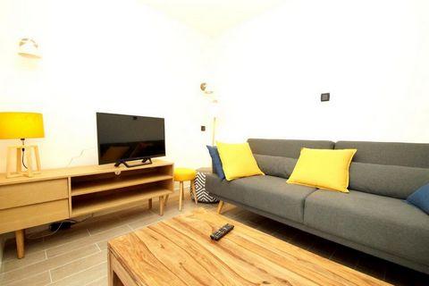 La résidence les Marmottes se trouve dans la station des 2 Alpes. Elle est située à 50 m des pistes et des commerces. L'école de ski est à 100 m du bâtiment. Superficie d'environ 110 m². 3ème étage. Orientation : Est. Séjour avec TV. 2 chambres avec ...