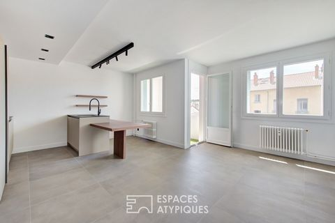 Located in Lyon 3rd, Monchat district, near the Parc Bazin and the Place Ronde, this old 64m2 Carrez apartment has been completely renovated by an architect and takes place on the 4th floor with elevator. The entrance, with its made-to-measure storag...