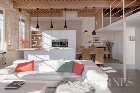 PLACE ROUVILLE. Charming and comfortable crossing apartment, renovated by architect (Indoor design). It consists of a beautiful living space arranged with an American kitchen, exposed beams and stones, 4 windows facing south with a clear view of Four...