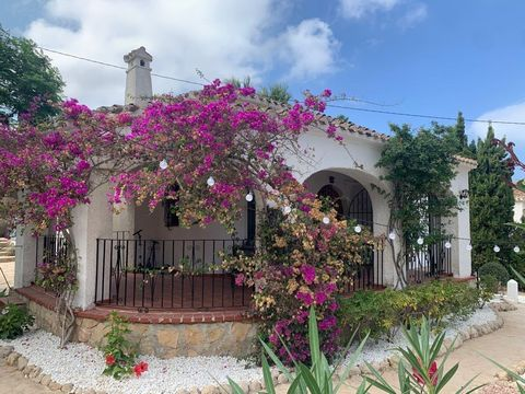 Villa in the area of Adsubia, very close to the Arenal beach of Jávea. Comprising of two double bedrooms (previously three bedrooms), renovated bathroom, renovated kitchen, large naya, garage, mature garden, living area 132m2 plus an enclosed garage....