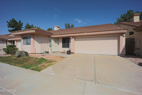 Amazing 85254 property located in the heart of Scottsdale. This home has it all. 2 bed 2 bath open single level floorplan. Community features a pool and is within minutes of shopping, dining, parks, freeways, and so much more. Perfect for a starter h...