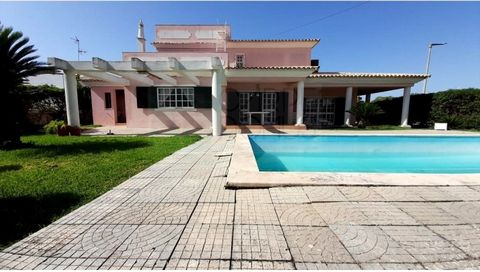Large villa, set in a plot of 1007m2, with surrounding garden and swimming pool, located on the outskirts of the city of Tavira. Housing developed on two floors, garden all around and served by a pleasant swimming pool, all rooms are spacious and wit...