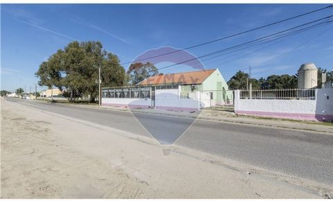Description No Housing License. West-facing villa. It used to work as a restaurant. But housing can be reversed. Very wide areas, good structure, fantastic sun exposure. Attic with a right foot high enough to be taken advantage of. Area with very goo...