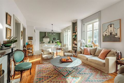In the heart of Biarritz, 100 meters from the Grande plage, very nice prestigious apartment of 120 m2, located on the 1st floor of one of the most beautiful listed houses in the city. Inside extremely refined, a beautiful entrance, a vast double livi...