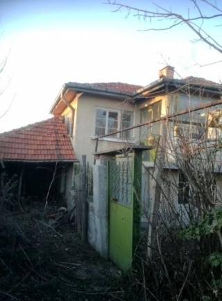 The property consists of 2-storey house and a large plot of land spreading over 1900 sq.m. There is a well with spring water as well. The ground floor of the house consists of 2 rooms in need of repair. The 2 rooms and the cellar on the second floor ...