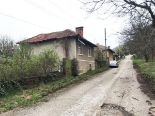 The property consists of a 2-storey house, farm buildings and a plot of land spreading over 800 sq.m. The first floor of the house consists of 2 rooms and a basement. On the second floor are disposed 2 rooms and a cellar. The property is supplied wit...