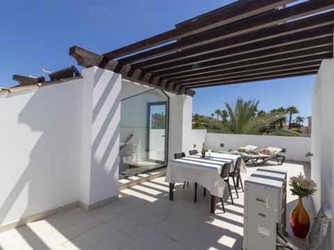 Lovely 2-bedroom duplex apartment with 3 bathrooms, with 22 sqm of verandas and a 50 sqm roof terrace facing south and west in exclusive resort that overlooks the beautiful beach of Porto de Mós. Built in 2 floors: Ground floor comprising open plan k...