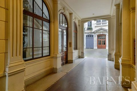 LYON 1 - QUAI SAINT VINCENT. On the banks of the Saône, family apartment of 130.51 sqm. It consists of an entrance hall, a reception room and an office or bedroom overlooking the Place du Port-Neuville, as well as a large independent kitchen, family ...