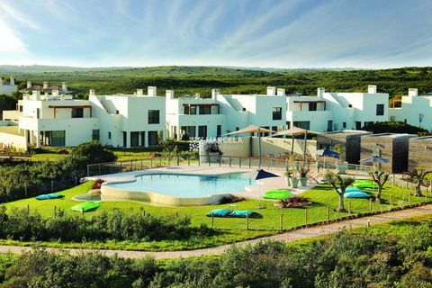 Located in Vila do Bispo. Excellent Townhouse of contemporary architecture in a great location and close to all facilities of the resort. The villa is on 2 floors, the ground floor consists of an open plan space, 1 bedroom, 1 bathroom and a terrace, ...