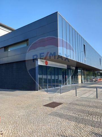 Descrição Excelente escritório em zona de prestigio, no Parque das Nações, com uma àrea total de 450m² e 15 lugares de parqueamento em garagem no edifício. Zona de fácil acesso, mesmo junto à Ponte Vasco da Gama.