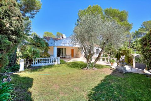 In a dominant position, in the absolute calm of a dead end in a gated domain, within walking distance of a golf course and international schools, an attractive family villa in need of updating, located in the heart of a landscaped park of 1,424 m2 wi...