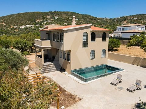 Detached villa with traditional architecture in the exterior and refinement and sophistication in the interior. Situated in Santa Barbara de Nexe, it has all the amenities just minutes away. The property has land of 914.6 m2 and construction of 344m2...