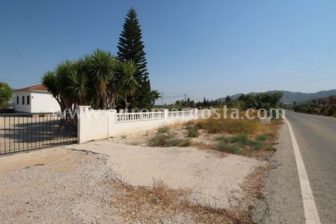 South facing 100 m2 detached villa is situated on a fully fenced 2700 m2 plot and is only an eight minute walk from the charming town of Benferri, which is only a 25 minute drive from Alicante airport, 30 minutes from the Murcia airport, 10 minutes f...
