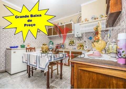 Excellent villa of 3 rooms, with very generous areas and main to live, has also in addition to the normal kitchen plus a kitchen with Alentejo chimney, a large marquee, a patio with a well, which makes all the difference in saving for those who like ...