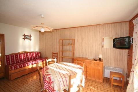 The residence Le Balcon des Alpes, without lift, is located in Roitet district, in Châtel. It is situated 900 m away from the village center and shops. Ski lifts are 1000 m away from the building. Surface area : about 35 m². Ground floor. Orientation...