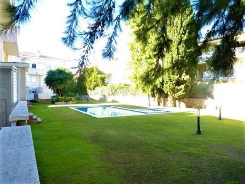 Modern house consisting of two floors in one of the best residential areas ´El Vinyet´ just 100 meters from the beaches. Distributed over 3 floors, on the main floor it has a 40m2 dining room, spacious, bright, sunny, with access to a 70m2 terrace. V...