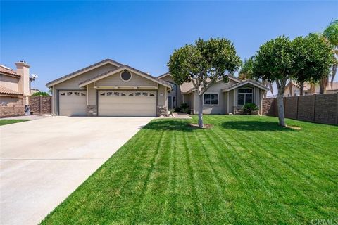 This beautiful SINGLE STORY home on a HUGE LOT (16,117 sf) is located in a highly desirable area of South Corona. With its 3 bedrooms (4th BEDROOM IS NOW A SITTING ROOM OFF THE PRIMARY BEDROOM) and 2 1/2 bathrooms, this house is a must-see! Featuring...