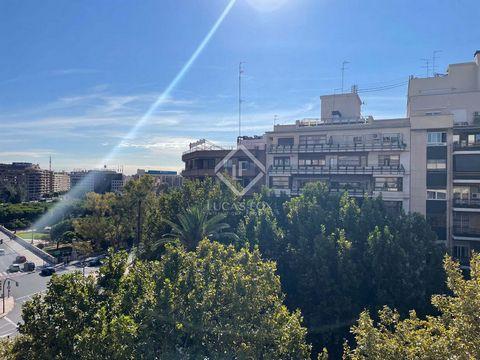 Este amplio piso de 236 m² construidos se encuentra en una ubicación inmejorable junto a los jardines del río Turia y la Gran Vía del Marqués del Turia. Está en un edificio de los años sesenta que destaca por su gran longitud de fachada. Gracias a su...