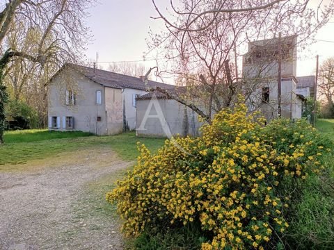 Located in Graulhet, near a stream and in a wooded setting, we present for sale this old farmhouse to renovate entirely, accompanied by very large outbuildings of more than 750 m². The house consists of 14 rooms arranged on 2 levels that must be comp...