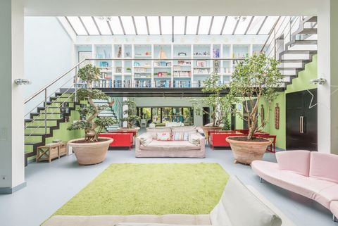 Located on the edge of Puteaux and Suresnes, in the immediate vicinity of the Bergeres eco-district, this former cinema studio rehabilitated into a house style loft offering 363 m2 habitable space. It is articulated around a patio of 41 m2, overhung ...