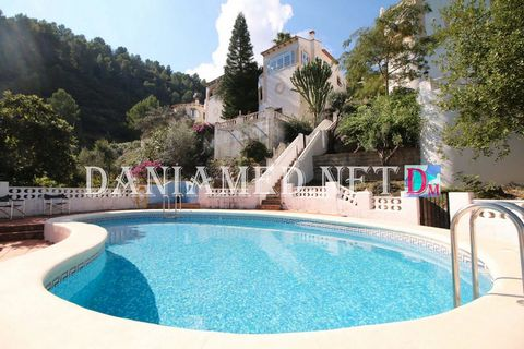 Duplex townhouse in the area of La Font d'en Carròs, 4km from the Sea and 2km from the Center of Oliva ! This terraced house is located in a very quiet area overlooking the Sea! It has a communal pool with outdoor shower. It also has a private plot ...