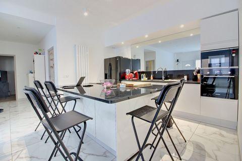 appartement F4 de 100 M² integralement et parfaitement rénové ( transformation d'anciens locaux professionnels ). il comprend : 1 salle avec cuisine é