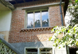 This is a massive 2-storey rural house located at the center of a nice village 15 km from the town of Parvomay and 50 km from Plovdiv. The first floor of the house consists of 2 rooms each by 15 sq.m./ and a large lounge /18 sq.m./. On the second flo...