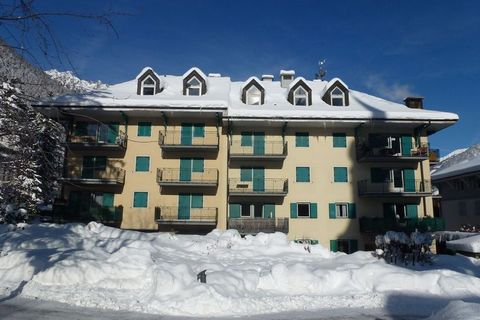 This beautiful apartment in Chamonix has 3 bedrooms. It is perfect to host families or groups. It has 2 balconies and garden furniture available for the guests to enjoy the most of the holiday. The ski lift is only 1 km. The nearest supermarkets and ...